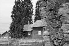 Vieille maison de logarithme naturel images stock