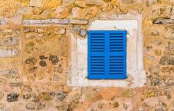 Vieille maison de Rusitc avec les volets bleus de fenêtre Photo libre de droits