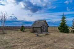 Vieille maison de stockage de moulin à vent et de farine de pluie et d'humidité images stock