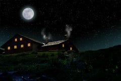 Vieille maison de style de montagne dans un ciel nocturne étoilé avec l'espace de pleine lune et de copie pour votre texte photo stock