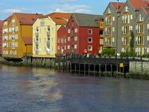 Vieille maison de Trondheim au-dessus d'un fleuve Images libres de droits