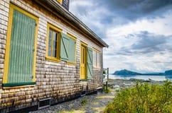 Vieille maison devant la baie Images libres de droits