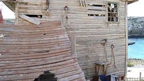 Vieille maison en bois abandonnée avec les fenêtres cassées clips vidéos