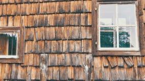 Vieille maison en bois avec des vitraux Maison autrichienne de beau vintage avec le vieil arbre putréfié clips vidéos