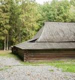Vieille maison en bois avec le toit en bois dans la forêt, fond Image libre de droits
