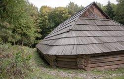 Vieille maison en bois avec le toit en bois dans la forêt, fond, papier peint Photos stock