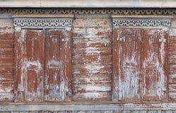 Vieille maison en bois avec les volets découpés sur des fenêtres Photo libre de droits