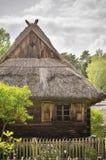 Vieille maison en bois avec un toit de paille Images libres de droits