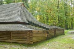 Vieille maison en bois avec un toit en bois dans la forêt, fond Photo libre de droits
