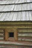 Vieille maison en bois avec une fenêtre et un fond en bois de toit Images stock