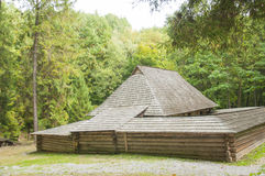 Vieille maison en bois avec une fenêtre et un toit en bois dans la forêt, Photo libre de droits