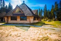 Vieille maison en bois d'Ethno dans le village de forêt de montagnes maison faite de matériaux naturels Vieille maison en bois ab photographie stock