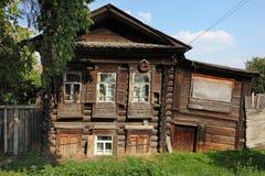 Vieille maison en bois dans la région de la Sibérie, ville de Tumen, été, ensoleillé images libres de droits