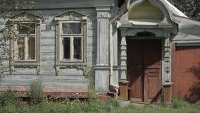 Vieille maison en bois dans le village clips vidéos