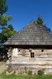 Vieille maison en bois dans les Carpathiens Photographie stock libre de droits