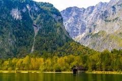 Vieille maison en bois de poissons sur le lac Koenigssee, Konigsee, parc national de Berchtesgaden, Bavi?re, Allemagne photo stock
