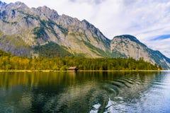 Vieille maison en bois de poissons sur le lac Koenigssee, Konigsee, parc national de Berchtesgaden, Bavi?re, Allemagne photographie stock libre de droits