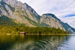 Vieille maison en bois de poissons sur le lac Koenigssee, Konigsee, parc national de Berchtesgaden, Bavi?re, Allemagne photos libres de droits