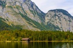 Vieille maison en bois de poissons sur le lac Koenigssee, Konigsee, parc national de Berchtesgaden, Bavi?re, Allemagne images stock