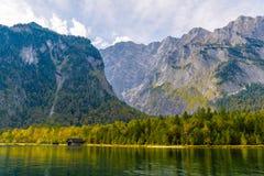 Vieille maison en bois de poissons sur le lac Koenigssee, Konigsee, parc national de Berchtesgaden, Bavi?re, Allemagne photos stock