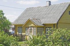 Vieille maison en bois en Lithuanie photo stock