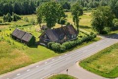 Vieille maison en bois par la route Images libres de droits
