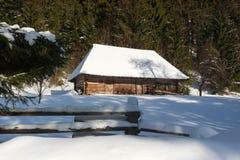 Vieille maison en bois pendant l'hiver Images stock