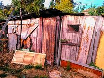 Vieille maison en bois rampante abandonnée image stock