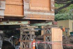 Vieille maison en bois sous la rénovation Image libre de droits