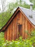 Vieille maison en bois sur la forêt de montagne Photo stock