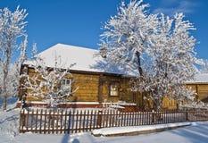 Vieille maison en hiver. Photo stock
