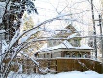 Vieille maison en hiver Images stock