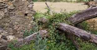 Vieille maison en pierre ruinée et poutrelles en bois photo stock