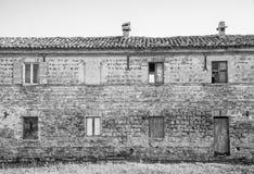 Vieille maison endommagée abandonnée contre le ciel bleu noir et blanc Image libre de droits