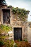 Vieille maison et vieilles portes Images libres de droits