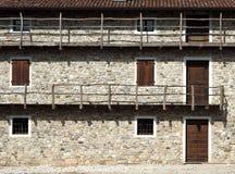 Vieille maison européenne avec de longs balcons en bois La façade est faite de pierres naturelles Image libre de droits
