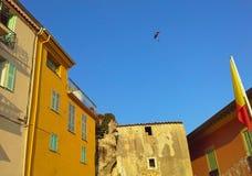 Vieille maison gentille, maisons colorées, toits, parapentisme dans le ciel bleu Cote d'Azur, la Côte d'Azur, Provence, France image libre de droits