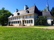 Vieille maison historique de côté de route Images libres de droits