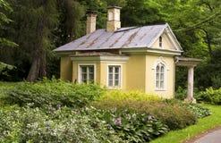 Vieille maison jaune photos stock