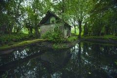 Vieille maison mystique abandonnée dans la forêt de la Lithuanie image libre de droits