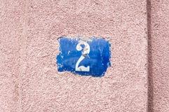 Vieille maison nombre de plaque métallique d'adresse 2 deux de vintage sur la façade de plâtre du mur extérieur abandonné de mais photos libres de droits