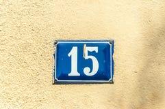 Vieille maison nombre de plaque métallique d'adresse 15 quinze de vintage sur la façade de plâtre du mur extérieur abandonné de m photo stock