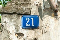 Vieille maison nombre de plaque métallique d'adresse 21 vingt et un de vintage sur la façade de plâtre du mur extérieur abandonné photos stock