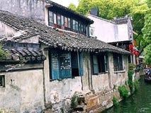 Vieille maison par la rivière Image libre de droits