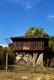 Vieille maison par la route Images libres de droits