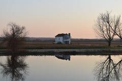 Vieille maison par le fleuve Images libres de droits