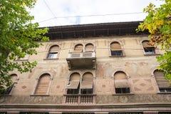 Vieille maison peinte avec des volets dans Levico Termen, Italie image stock
