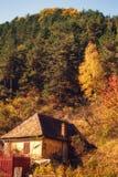 Vieille maison roumaine au pied de la colline en automne images libres de droits