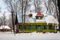 Vieille maison roumaine traditionnelle colorée en hiver Images stock