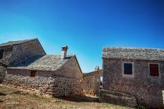Une vieille maison de ville avec l 39 escalier avant photos for Vieille maison en pierre